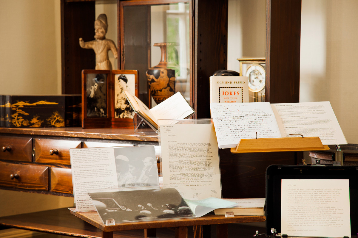 Anna Freud's permanent display | museum photography | © Freud Museum London