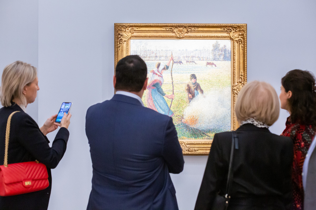 Audience engaging with art | Gallery views & action shots | © Sotheby's