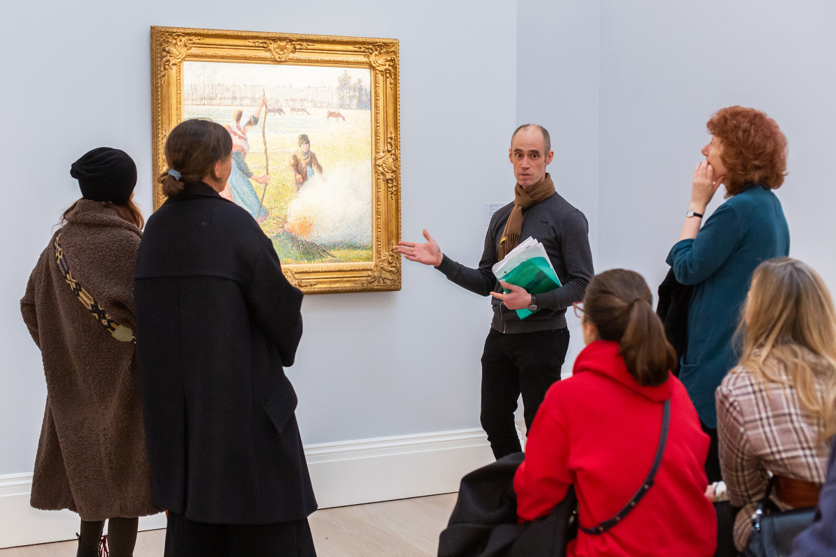Audience listening to an art historian | Gallery views & installation shots | © Sotheby's