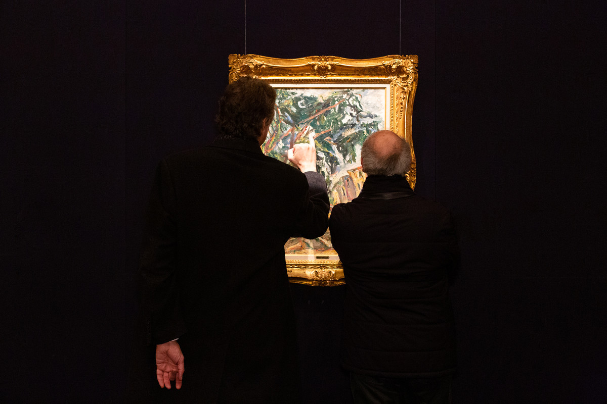Audience engaging with art | Gallery views & installation shots | © Sotheby's